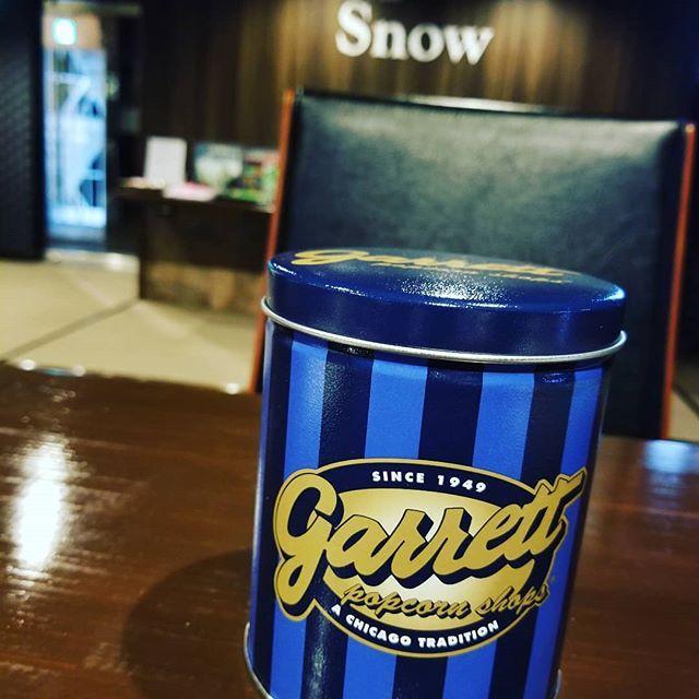 ちーちゃんにお土産でもらったGarrett Popcorn これ、大好き季節やイベントで缶のデザインが変わるから、年中買いたくなるwみんなで美味しくいただきますありがとう#AsobiBarSnow #Snow #群馬 #前橋 #バー #お酒 #女子会 #カラオケ #ゲーム