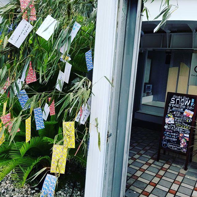みんなに書いてもらった短冊を飾り付け想像以上に素敵に仕上がりました( *´艸)みんなの願いが叶いますように… #AsobiBarSnow #Snow #群馬 #前橋 #バー #お酒 #女子会 #カラオケ #ゲーム #七夕祭り