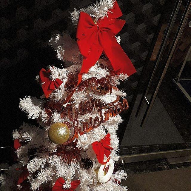 みなさーんコンバンワ今月はX'masですよカップルだけがリア充じゃない!snowでリアルに充実しましょっ店内はクリスマス仕様になってます!ツリーの前で写真も可愛いですよ️本日も元気に営業中ですよみんなで楽しく呑もう!!!!!お待ちしてまーす#AsobiBarSnow #Snow #群馬 #前橋 #バー #お酒 #女子会 #カラオケ #ゲーム #ダーツhttps://www.asobibar-snow.jp/090-2488-1100